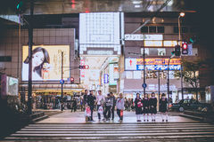大阪,日本- 2015年11月5日:大阪在晚上,显示旅游业在大阪吸引力在行动在行人穿越道的晚上,大阪,日本 图库摄影