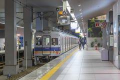 大阪- 2013年10月29日:在下面的人等待的路轨火车 库存照片