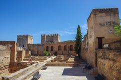 大阳台、Alhamb中世纪Alcazaba堡垒塔和墙壁  库存照片