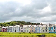 大阳台五颜六色的海边房子1 免版税库存图片
