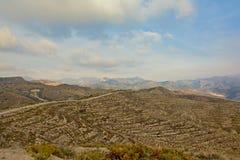 大阳台和土路在一座山在内华达山 库存照片