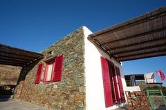 大阳台和特写镜头从一个典型的门面在福莱甘兹罗斯岛。 图库摄影
