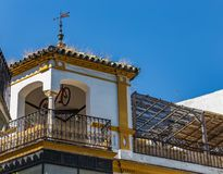 大阳台和眺望台与一辆垂悬的自行车在一个房子的屋顶在塞维利亚,西班牙 库存照片