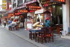 大阳台和餐馆古老老街道的,屯溪,中国 库存图片