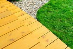 大阳台在力量洗涤物以后的规则式园林-鲜绿色的草坪里 免版税图库摄影