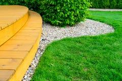 大阳台在力量洗涤物以后的规则式园林-鲜绿色的草坪里 库存图片