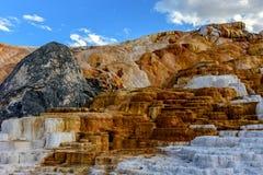 大阳台山、石灰石和岩层 库存图片