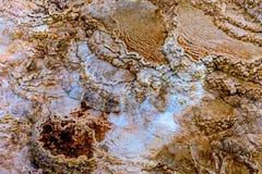 大阳台山、石灰石和岩层 免版税库存照片