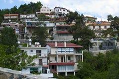 大阳台房子在村庄 库存照片