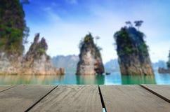 大阳台木头和美丽的跳船走道的模糊的照片到海里 免版税库存图片