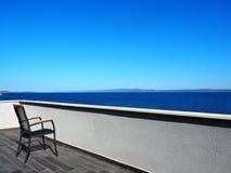 大阳台椅子在度假5 库存照片
