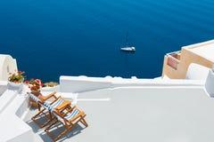 大阳台的两个轻便马车休息室有海视图 库存图片