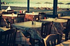 大阳台的传统希腊室外餐馆 库存图片