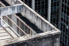 大阳台的细节在一个老年迈的大厦的屋顶的 库存照片