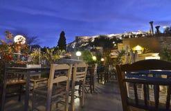 大阳台的Anafiotika Plaka希腊自助食堂有上城视图 免版税图库摄影