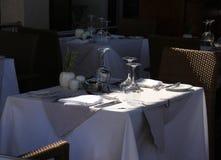 大阳台餐馆桌等待的客人 免版税库存图片