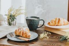 大陆传统早餐用新月形面包和咖啡 库存图片