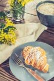 大陆传统早餐用新月形面包和咖啡 库存照片