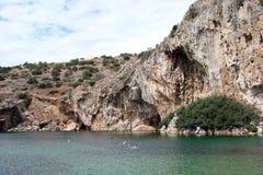 大陆希腊南部的海岸的热量湖  06 20 2014年 活跃消遣休息在温泉城中水域  库存照片