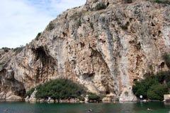 大陆希腊南部的海岸的热量湖  06 20 2014年 活跃消遣休息在温泉城中水域  免版税库存照片