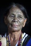 大隘部落妇女在她的厨房里 库存图片