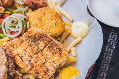 大集合希腊食物肉板材用土豆和调味汁 库存图片