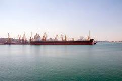 大集装箱船在口岸的船坞,傲德萨,乌克兰 免版税库存图片