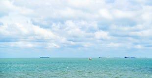 大集装箱船在开放黑海,蓝色覆盖了天空 库存照片