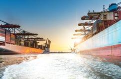 大集装箱船在日落的港口 免版税库存照片