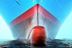 大集装箱船的球茎弓 免版税库存照片