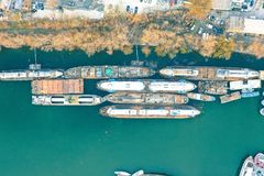 大集装箱船顶上的空中射击靠码头在海岸 免版税库存图片