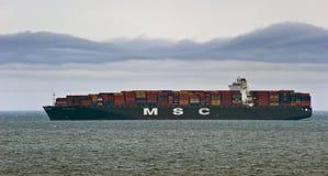 大集装箱船MSC马德琳装载了在船锚在路 不冻港海湾 东部(日本)海 20 05 2014年 免版税库存图片