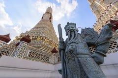 大雕象在黎明寺在Th的Ratchawararam Ratchawaramahawihan 库存照片