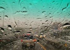 大雨盖子城市 由雨的交通堵塞 免版税图库摄影