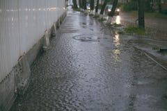 大雨 巨型水坑 洪水在城市 免版税库存图片