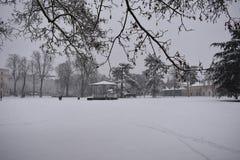 大雪在公园-泵房庭院, Leamington温泉,英国- 2017年12月10日 库存图片