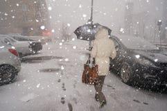 大雪在冬天在城市 图库摄影