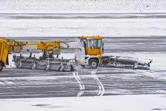 大雪犁的机器在路的工作在雪风暴期间在冬天 库存图片