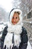 大雪的微笑的女孩 库存图片