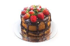 大面包蛋糕用巧克力糖浆用草莓 免版税库存图片