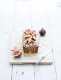大面包蛋糕用无花果,杏仁和白色巧克力在木服务上在难看的东西背景,选择聚焦 库存图片