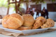大面包面包和新月形面包准备好服务 图库摄影