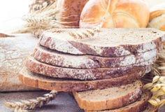 大面包面包被切的酥脆卷 库存照片