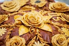 大面包,装饰用从面团的花, celebrations_的 免版税库存图片