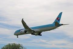 大韩航空波音787-9飞过的Dreamliner 免版税库存照片