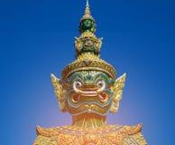 大顶头雕象有清楚的蓝天背景 免版税库存图片