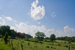 大领域和谷仓在农村宾夕法尼亚 库存照片