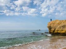 大风,葡萄牙- 2017年10月13日:sou峭壁的渔夫  库存图片