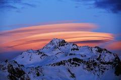 大飞碟或一朵大云彩在Bellecote (3417 m)的山的冠 La Pl 免版税库存图片