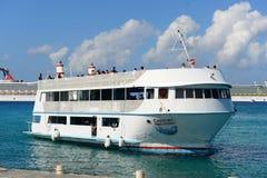 大鳄鱼美人鱼游轮在开曼群岛 免版税库存图片